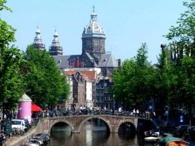 Amsterdam Kirche mit Brücke