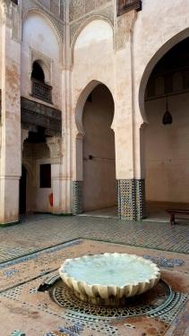 Medersa Atterine Brunnen und Wände