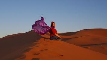 Wüste 1. morgen mit Tuch sitzend
