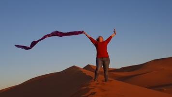 Wüste 1. morgen mit Tuch stehend beide Hände oben