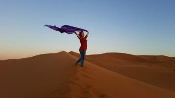Wüste 1. morgen mit Tuch stehend über Kopf 2