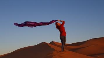 Wüste 1. morgen mit Tuch stehend über Kopf