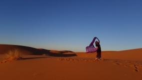 Wüste 2. morgen mit Tuch stehend und Grasbüscheln