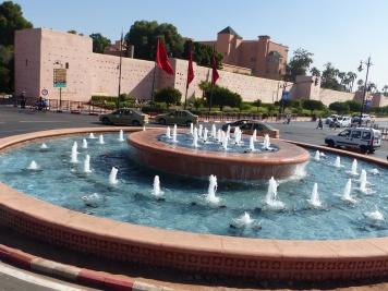 Marrakesch Brunnen mit Stadtmauer