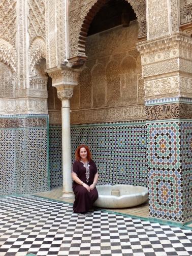 Medersa Brunnen Julia sitzend
