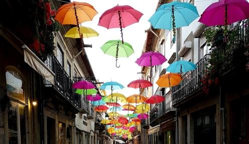020 Schirme über der Straße