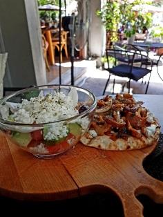 Gyros und Bauernsalat im Restaurant In Town